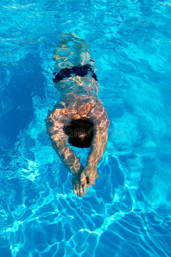El hombre nada braza debajo del agua en la piscina fotografía de archivo libre de regalías