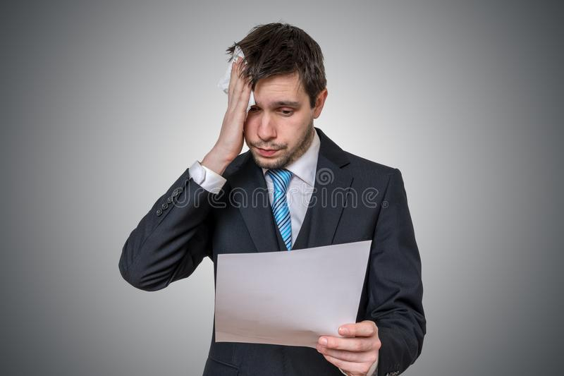 El hombre nervioso tiene miedo de discurso y de sudar públicos imagen de archivo