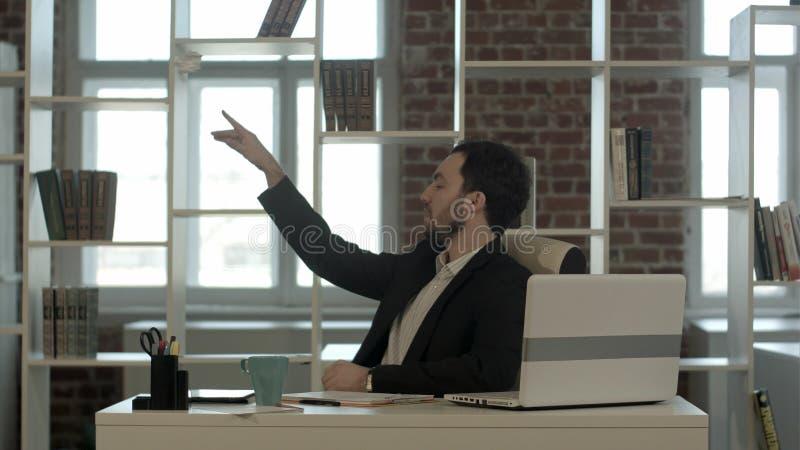 El hombre no tiene ninguna idea y papel que lanza en la basura fotografía de archivo