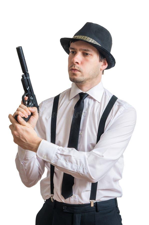 El hombre o el detective joven de la mafia sostiene el arma en manos Aislado en blanco fotos de archivo libres de regalías