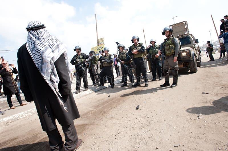 El hombre palestino enfrenta a soldados israelíes fotos de archivo libres de regalías