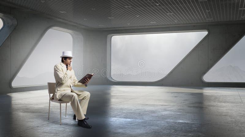 El hombre pensativo leyó el libro foto de archivo