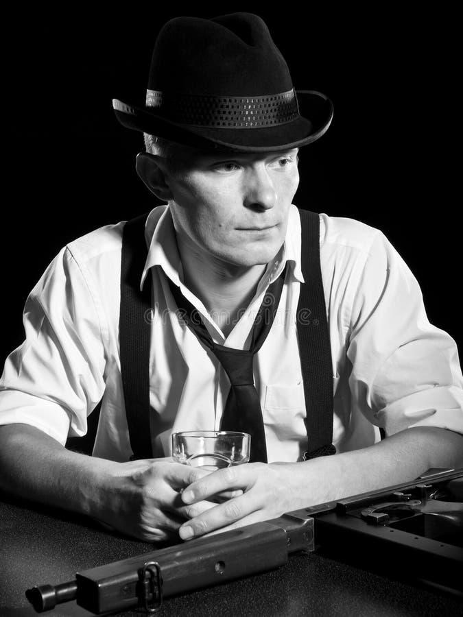 El hombre pensativo tiene gusto de un gángster de Chicago fotografía de archivo libre de regalías