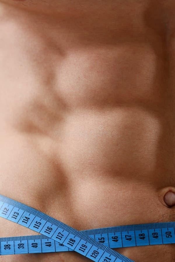 El hombre perdió gracias del peso a una dieta y bombeó la prensa imagen de archivo