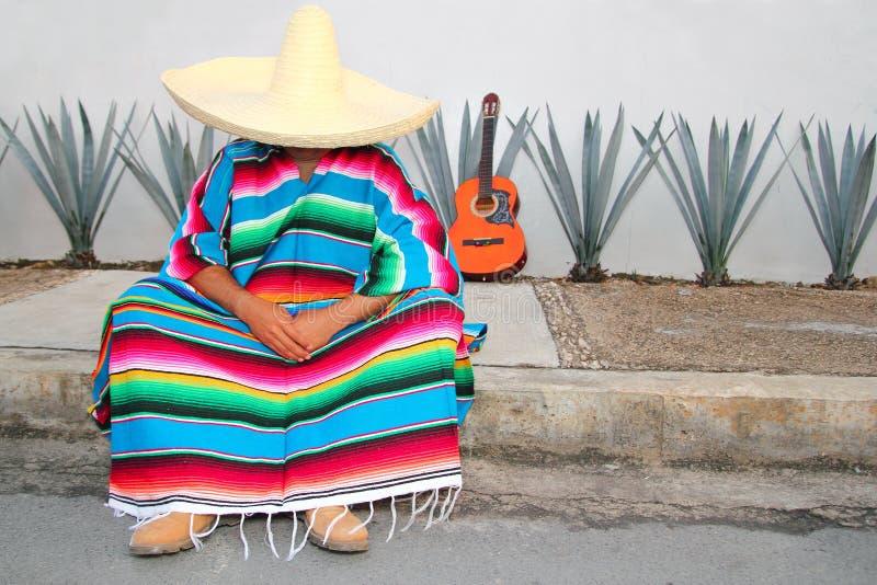 El hombre perezoso mexicano sienta el agavo del serape fotografía de archivo libre de regalías