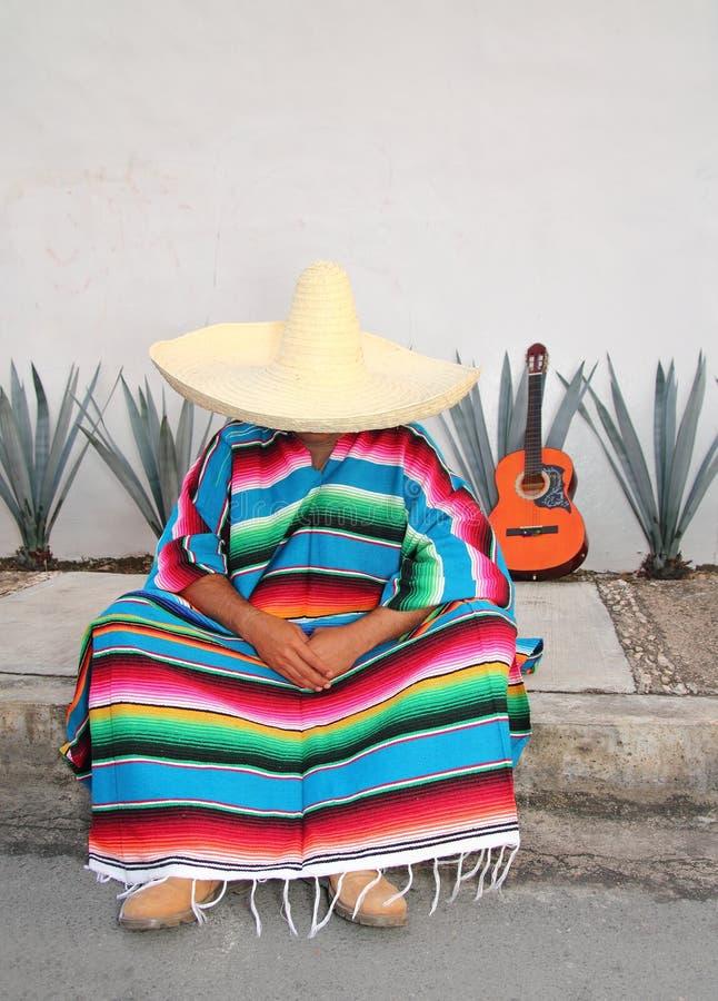 El hombre perezoso mexicano sienta la guitarra del agavo del serape fotos de archivo