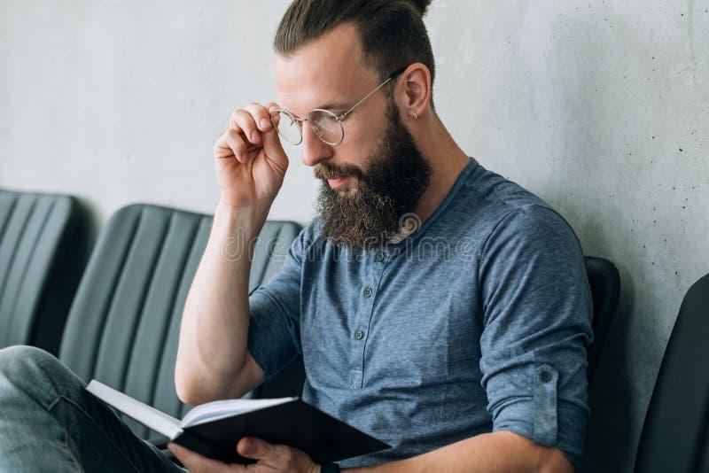 El hombre piensa reflexión del planeamiento de la reflexión de las notas fotos de archivo libres de regalías