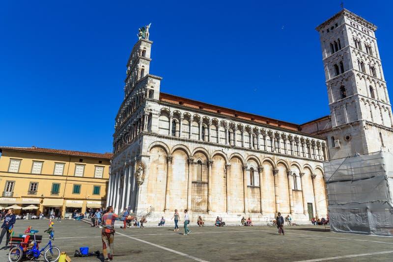 El hombre pone en marcha burbujas de jabón en el cuadrado de San Micaela en Lucca Italia fotografía de archivo