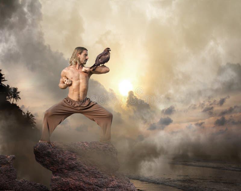 El hombre practica artes marciales con el pájaro fotos de archivo libres de regalías