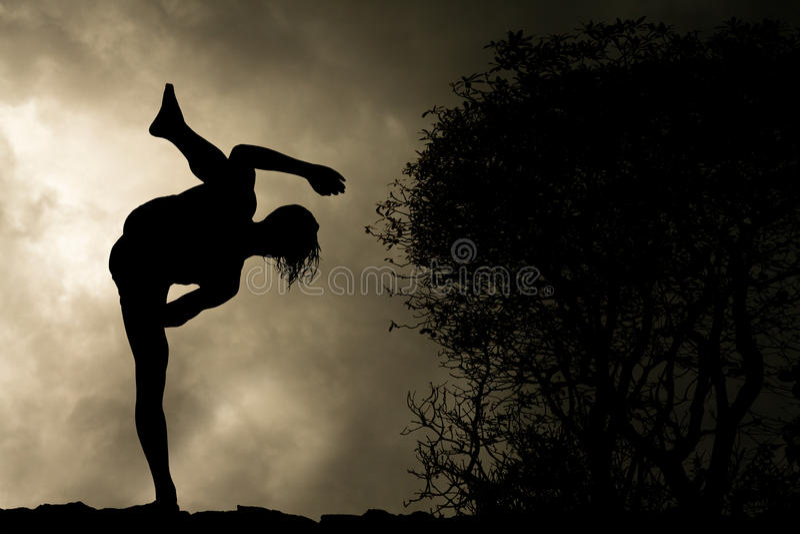 El hombre practica el fondo de los artes marciales foto de archivo