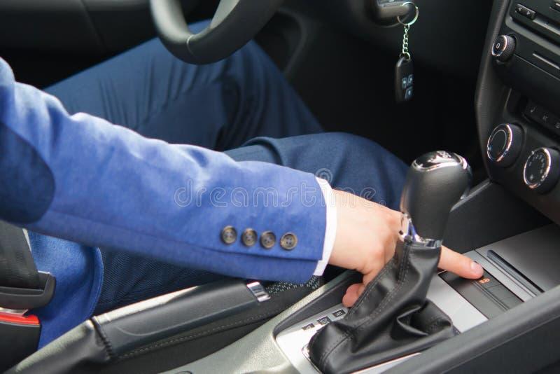 el hombre presiona un finger en el botón, para apagar la parada de comienzo del sistema fotos de archivo