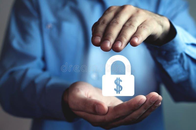 El hombre protege la cerradura del dólar Proteja su dinero fotos de archivo
