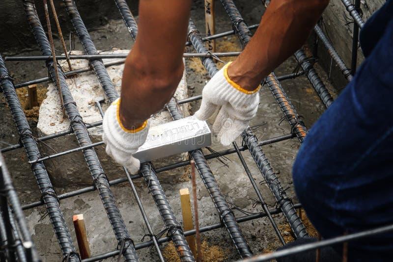 El hombre puso objetos sagrados entierra bajo tierra para la suerte en la ceremonia tailandesa del brahmán fotos de archivo
