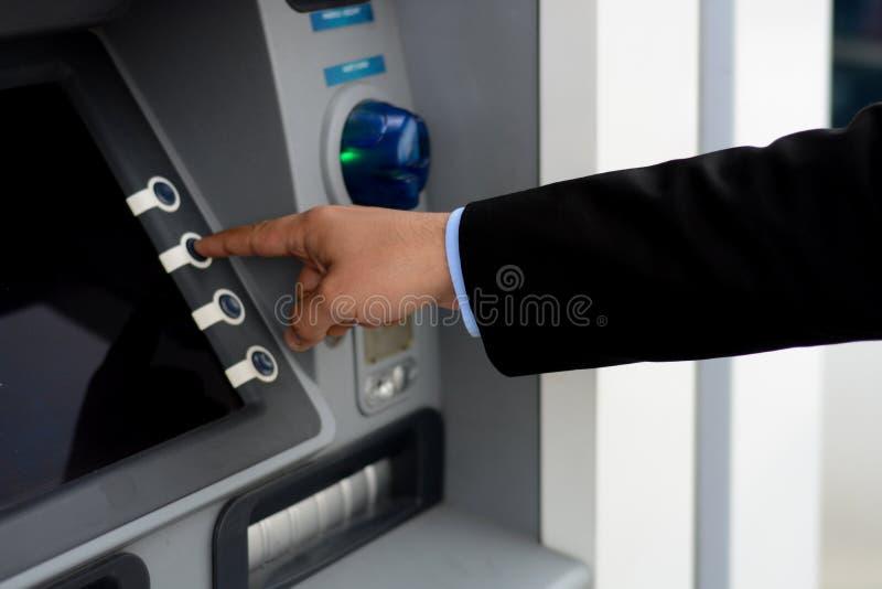 El hombre puso su tarjeta de crédito en la atmósfera fotos de archivo