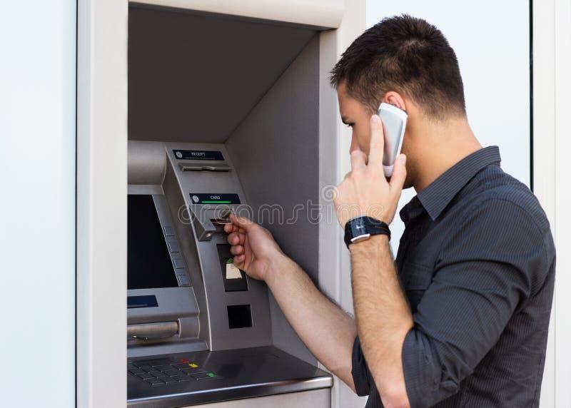 El hombre puso su tarjeta de crédito en la atmósfera fotos de archivo libres de regalías