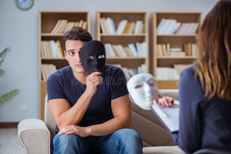 El hombre que asiste a la sesión de terapia de la psicología con el doctor imagen de archivo