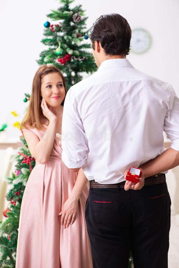El hombre que hace propuesta de matrimonio en el día de la Navidad imágenes de archivo libres de regalías