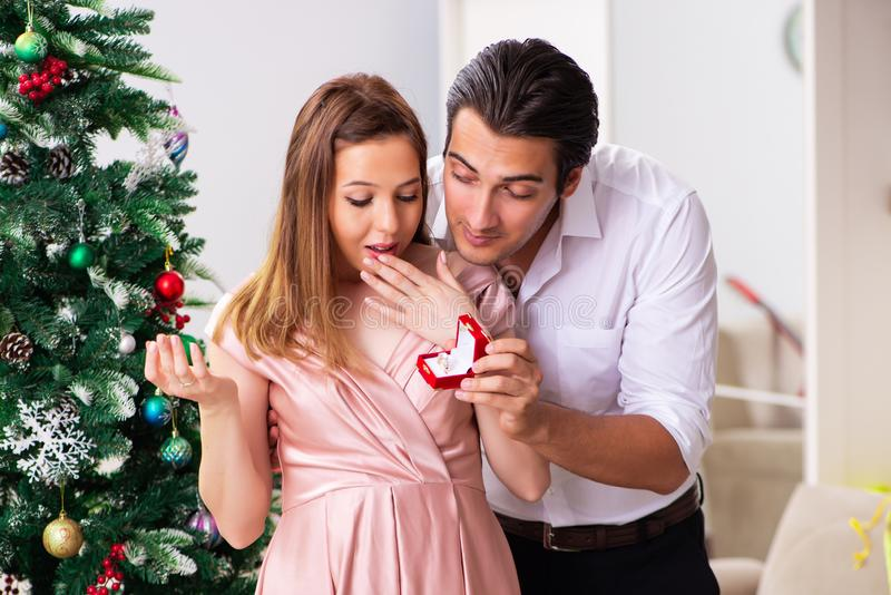 El hombre que hace propuesta de matrimonio en el día de la Navidad fotografía de archivo
