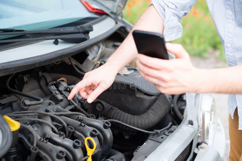 El hombre que pide ayuda después de coche analiza Servicio del coche Servicio de la remolque imagen de archivo libre de regalías