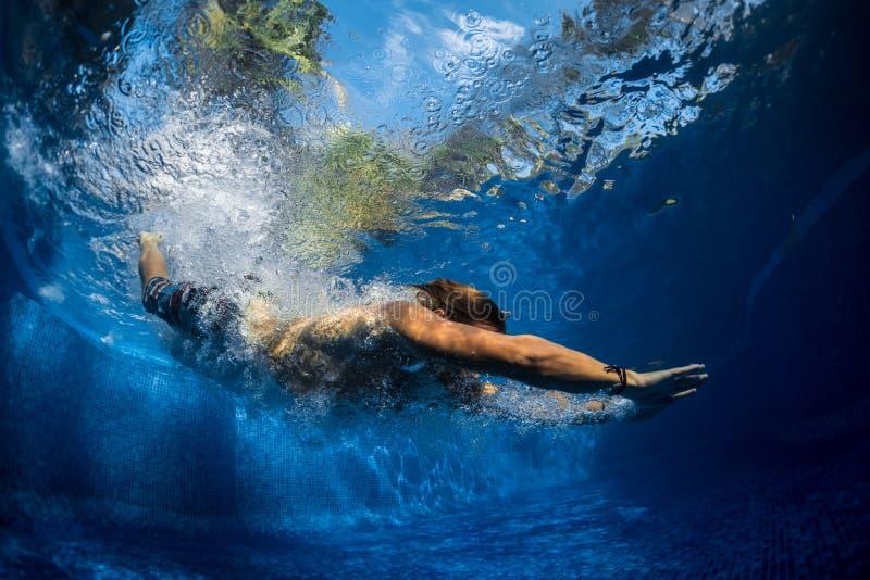 El hombre que salta en la piscina imágenes de archivo libres de regalías