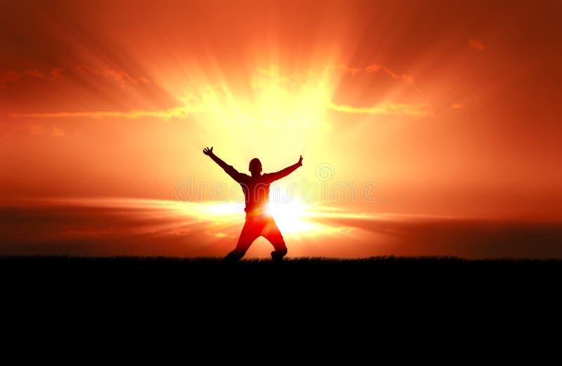 El hombre que salta en los rayos de Sun imagen de archivo