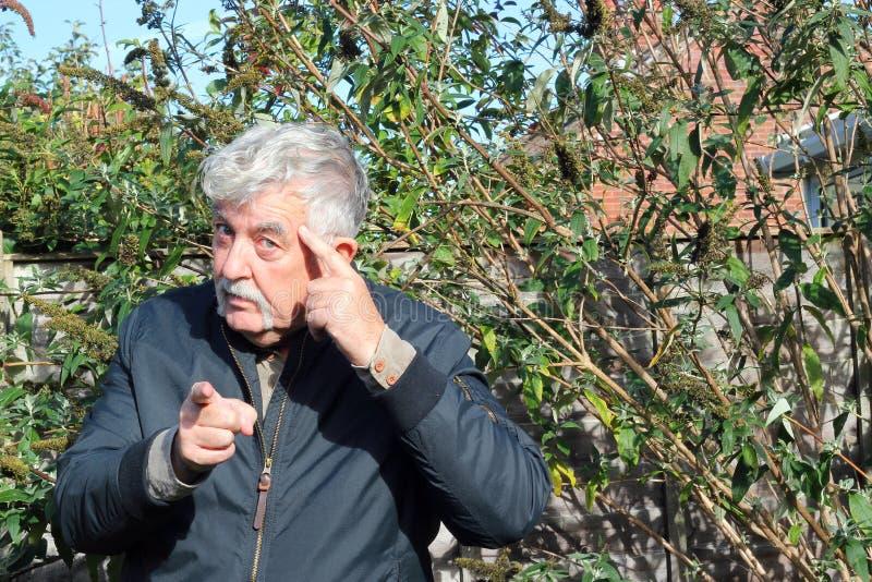 El hombre que señala el finger y que hace piensa gesto. foto de archivo libre de regalías