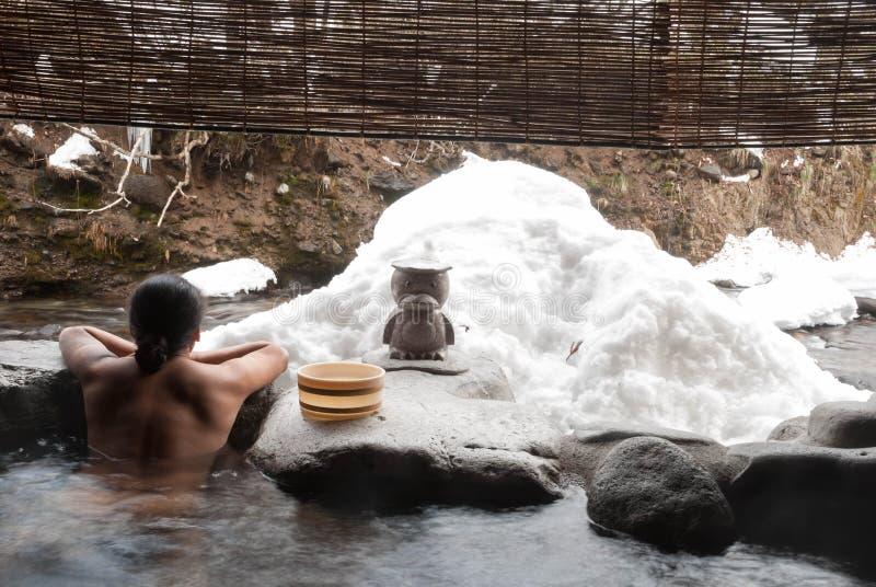 El hombre que se relaja en japonés onsen foto de archivo