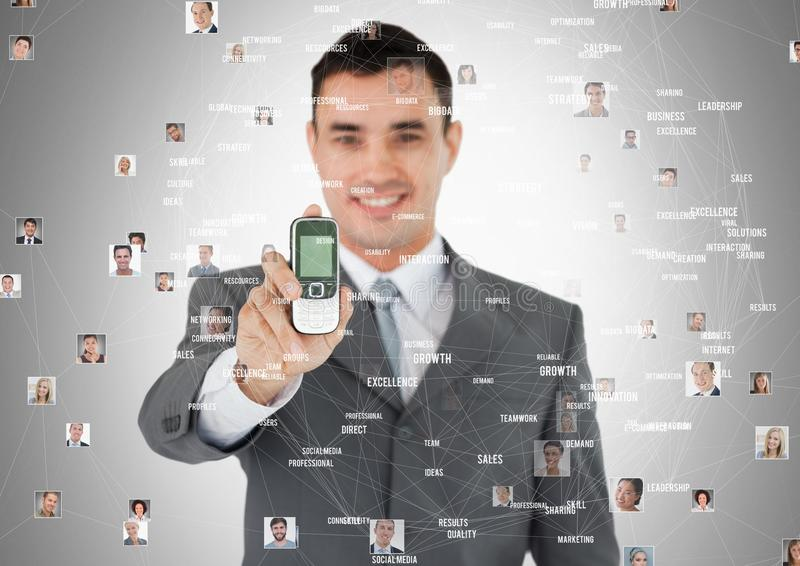El hombre que sostiene el teléfono con los retratos del perfil de la gente entra en contacto con imagenes de archivo