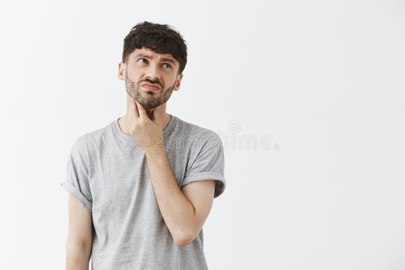 El hombre que tiene se eleva malestar y descontento de la sensación de la garganta después de comer el cuello conmovedor frío del fotos de archivo