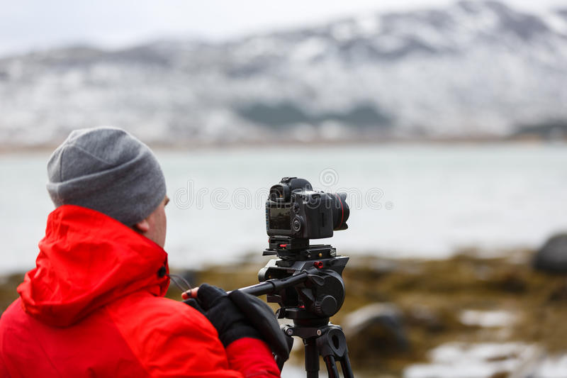 El hombre que toma las imágenes del paisaje imágenes de archivo libres de regalías
