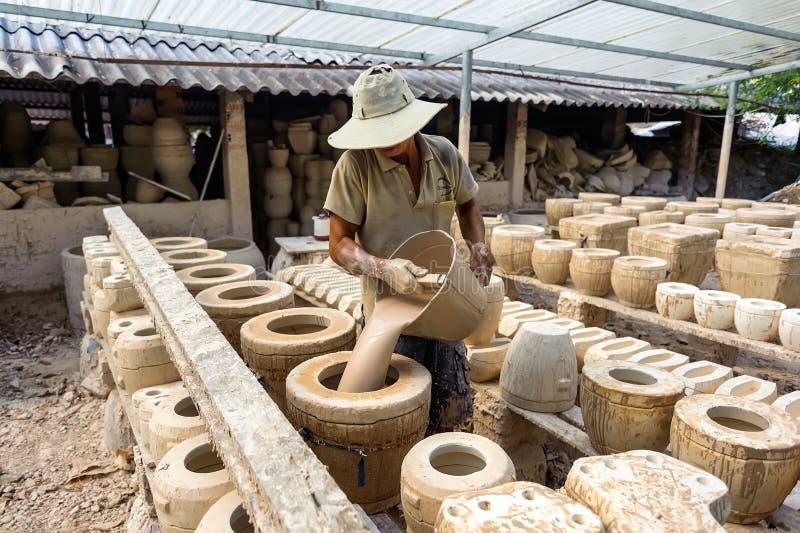 El hombre que trabaja en fábrica de la cerámica imágenes de archivo libres de regalías