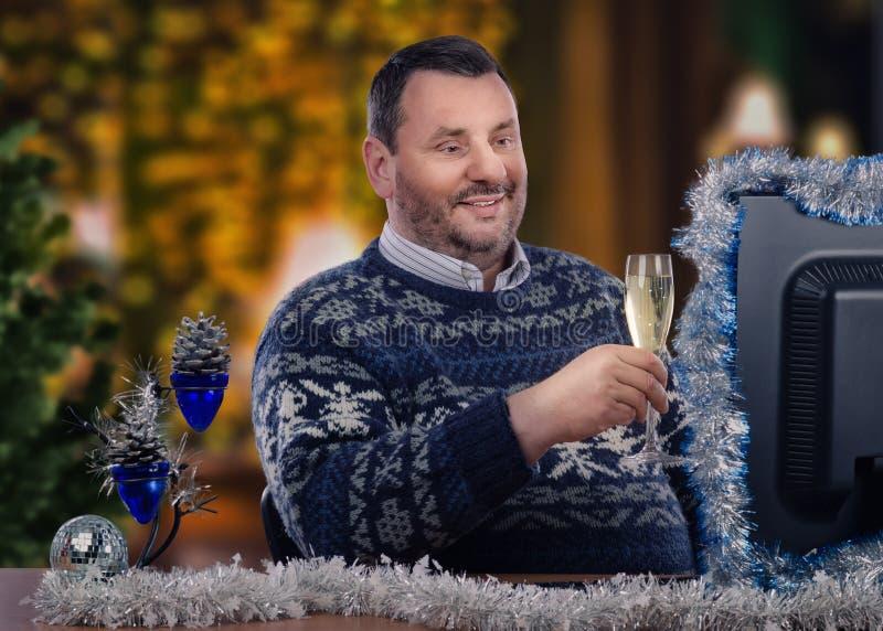 El hombre recibe saludos de la Navidad en línea imagenes de archivo