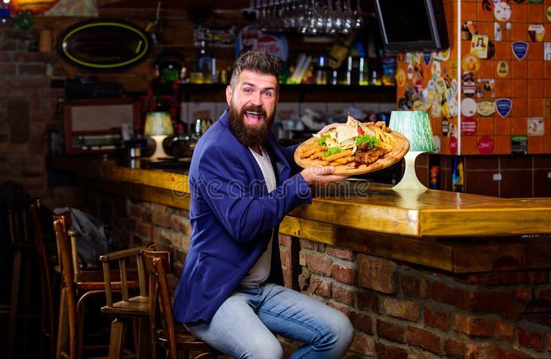 El hombre recibió la comida con los pescados fritos de la patata pega la carne Comida deliciosa Concepto de la comida del trampos fotos de archivo