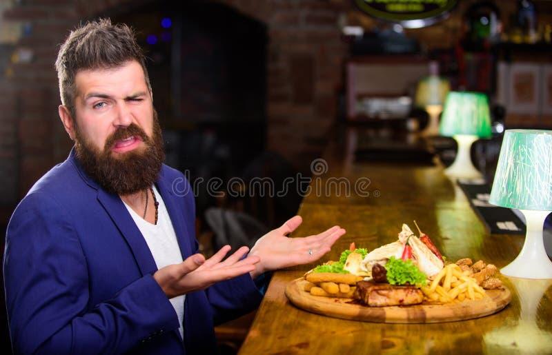 El hombre recibió la comida con los pescados fritos de la patata pega la carne Comida deliciosa Disfrute de la comida Concepto de imágenes de archivo libres de regalías