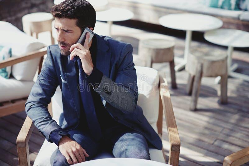 El hombre rico tiene llamada telefónica imagen de archivo libre de regalías