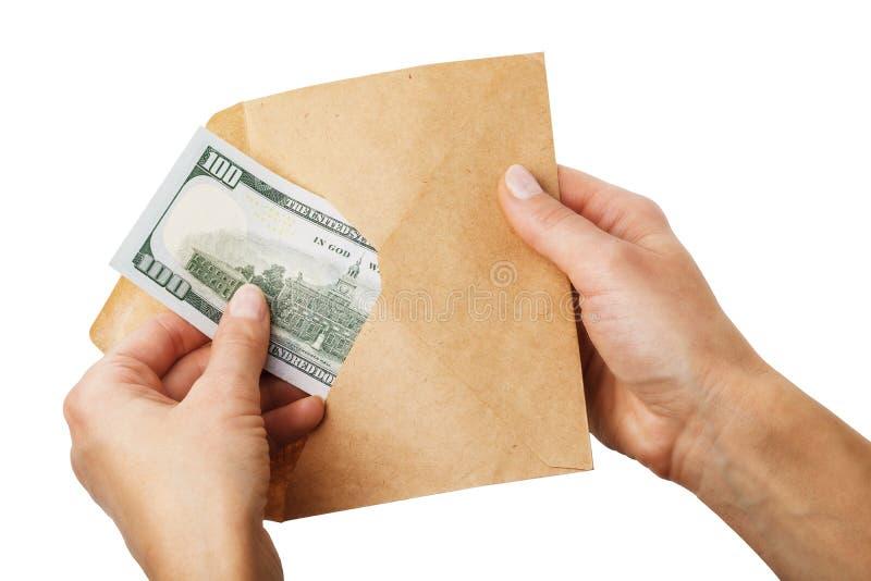 El hombre saca cientos dólares de un sobre, concepto aislado fotografía de archivo libre de regalías