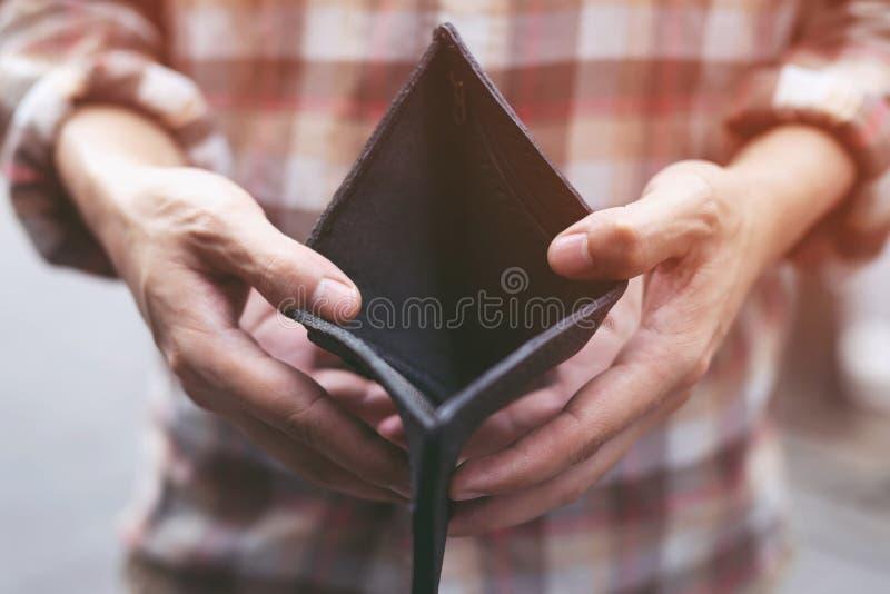 El hombre saca el dinero del bolsillo Concepto de las finanzas imagen de archivo libre de regalías