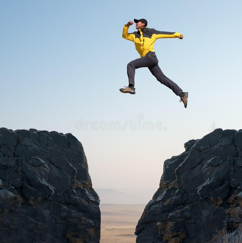 El hombre salta fotografía de archivo
