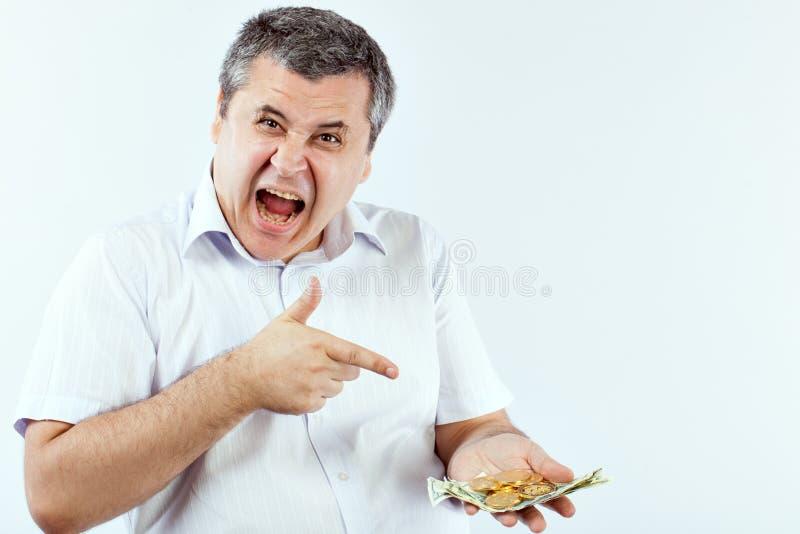 El hombre señala un finger en Bitcoins imágenes de archivo libres de regalías