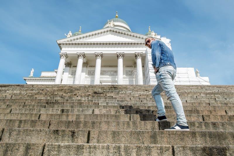 El hombre se coloca en las escaleras del granito en la catedral en el senado foto de archivo
