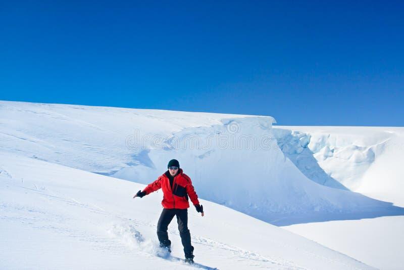El hombre se mueve en snowboard imagen de archivo libre de regalías