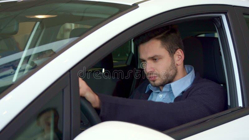 El hombre se sienta en el coche en la representación foto de archivo libre de regalías