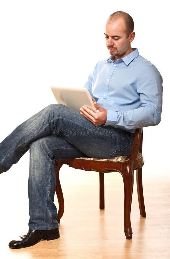El Hombre Se Sienta En Silla Foto de archivo libre de regalías