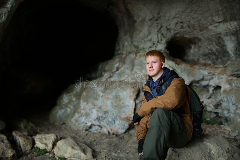 El hombre se sienta en una cueva en Crimea fotografía de archivo