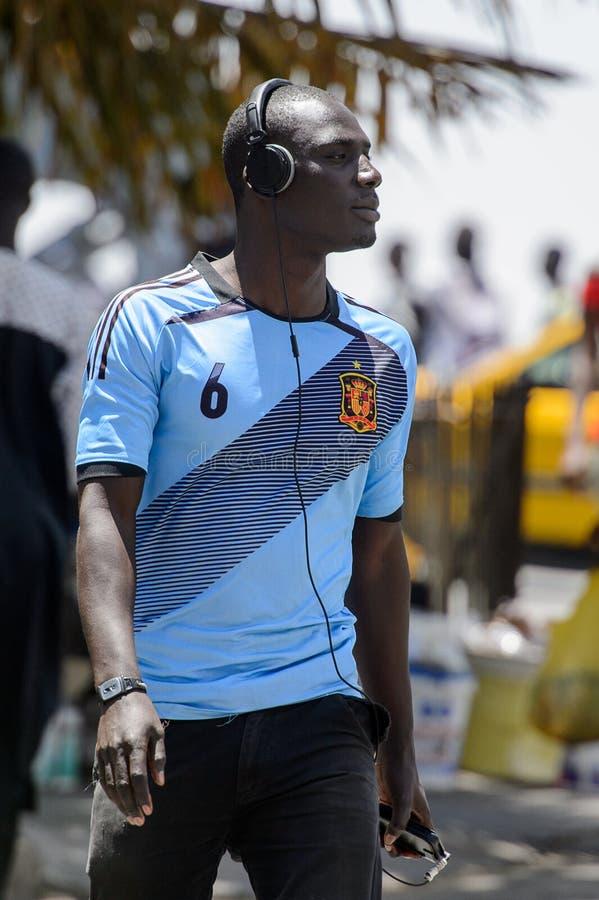 El hombre senegalés no identificado escucha la música en el centro de S imagen de archivo libre de regalías