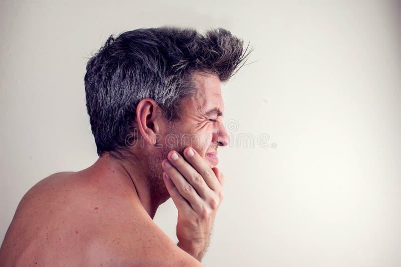 El hombre siente dolor de diente Concepto de la gente, de la atención sanitaria y de la medicina imágenes de archivo libres de regalías