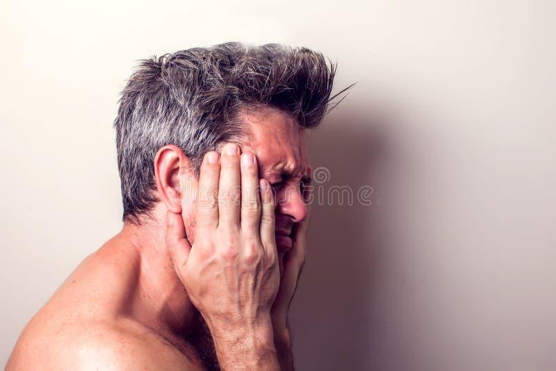 El hombre siente dolor de diente Concepto de la gente, de la atención sanitaria y de la medicina fotos de archivo libres de regalías