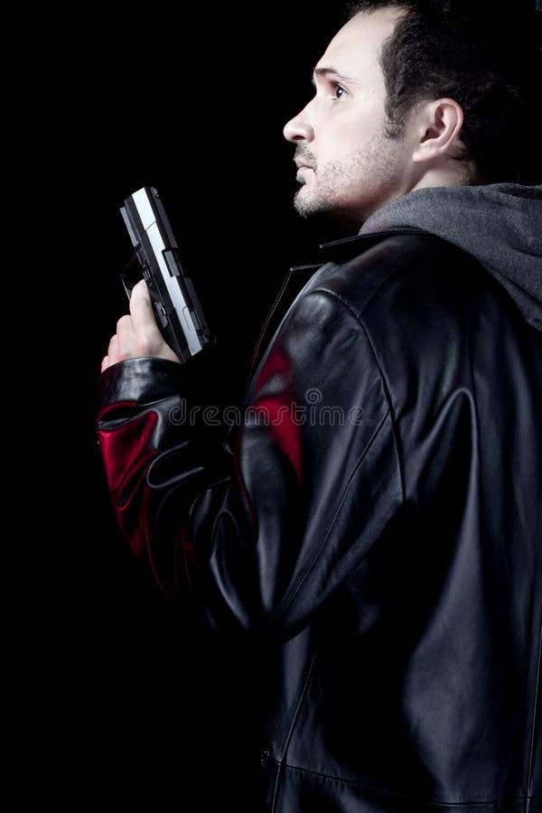 El hombre solitario armó con una pistola, ladrón imágenes de archivo libres de regalías
