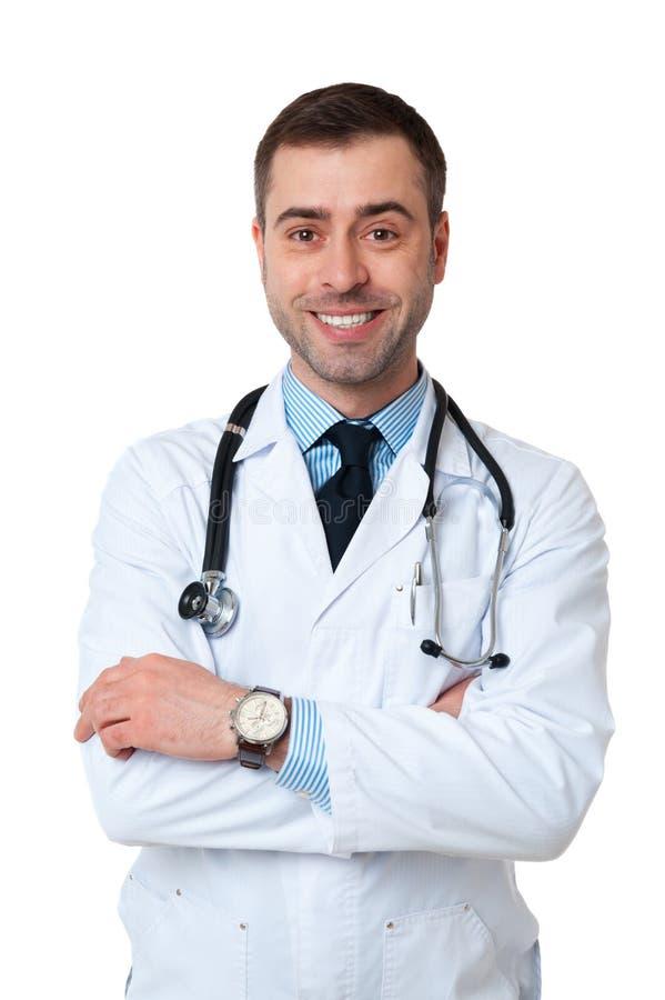 El hombre sonriente del doctor con el estetoscopio en cuello mira la cámara en w fotografía de archivo libre de regalías