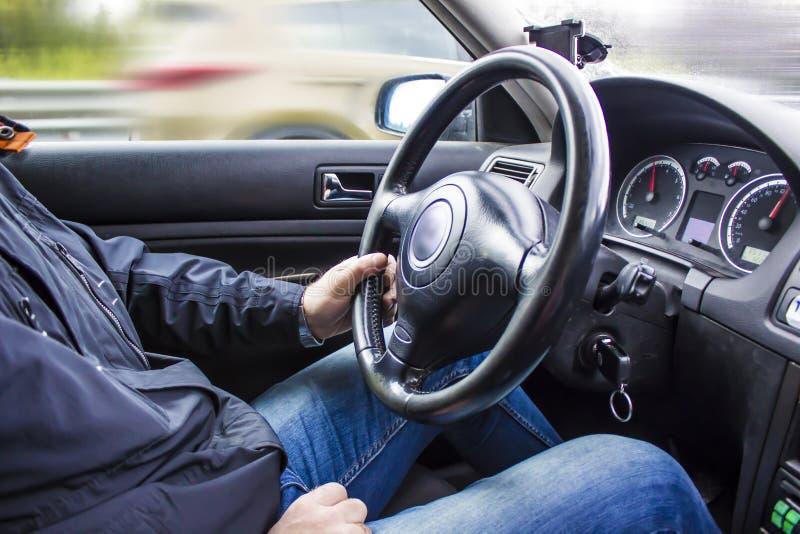 El hombre sostiene el volante foto de archivo